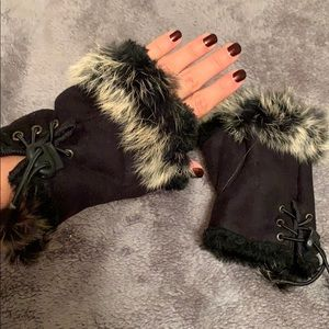 Accessories - Black real furlined gloves with fingertips exposed